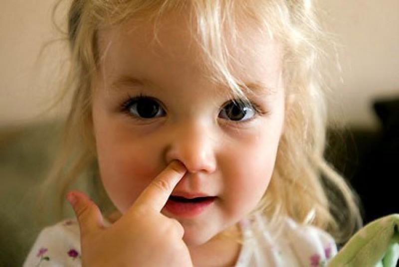 Sử dụng tay để ngoáy mũi