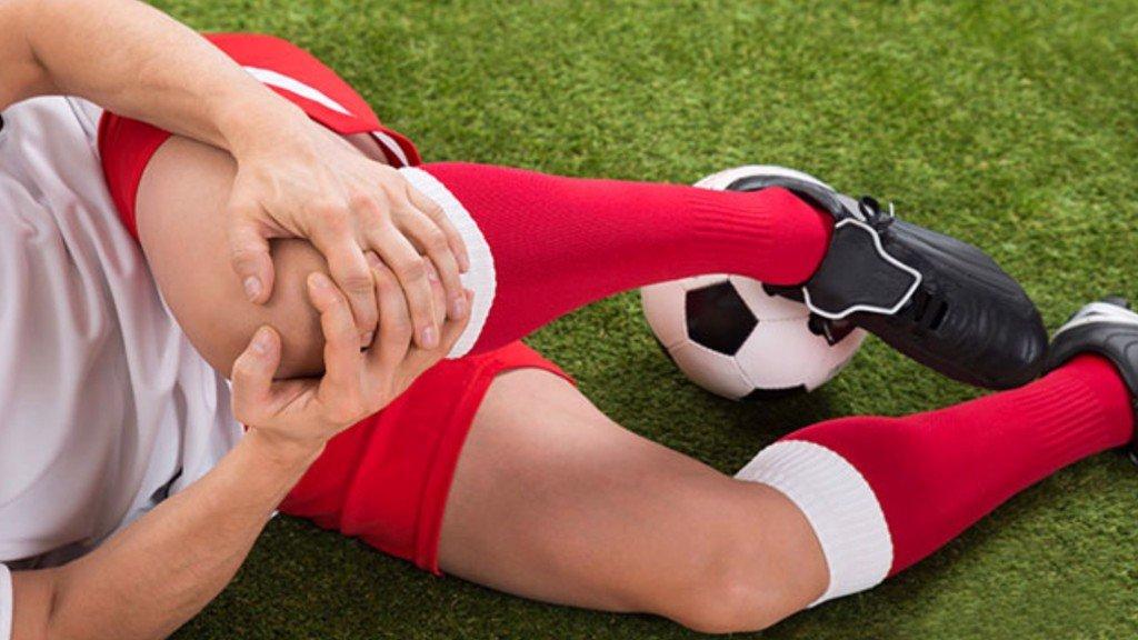 5 cách phòng tránh chấn thương khi chơi bóng đá phủi