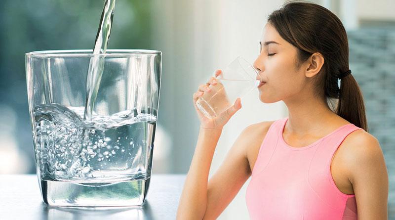 Uống đủ nước sẽ giúp mẹ bầu giữ ẩm cho da,tránh tình trạng mất nước