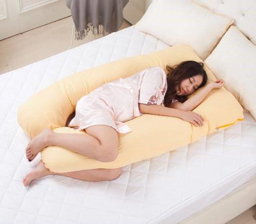 Mẹ bầu nên chọn những chiếc gối đa năng để nằm ngủ khi mang thai.