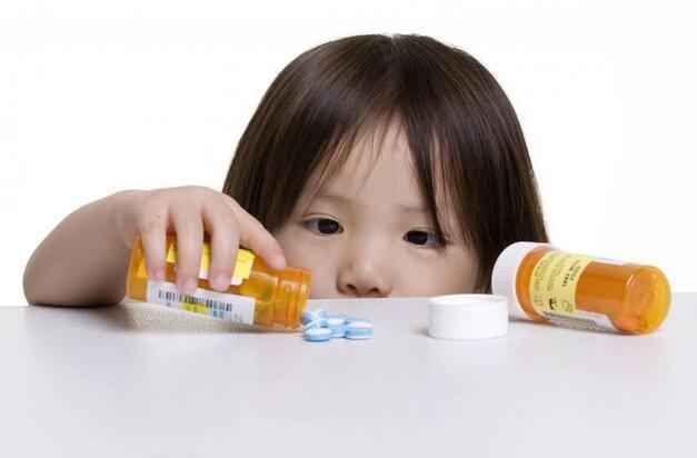 Trẻ bệnh phải cho uống thuốc