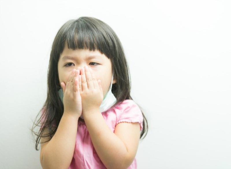 Nên dạy trẻ cách ho hoặc hắt hơi đúng cách